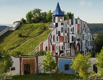 friedensreich-hundertwasser-batiment-dans-une-colline-verte